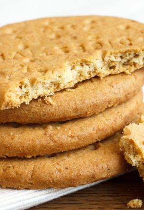 Salami, galletas digestivas de arándanos y kéfir
