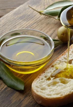Queso en polvo, bizcocho de soletilla y aceite de oliva